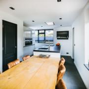 Witte keuken met een donkergrijs blad van graniet