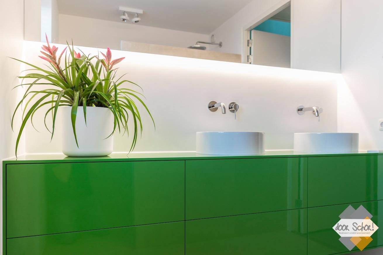Knal groen badkamer meubel met twee witte kommen en twee inbouw kranen