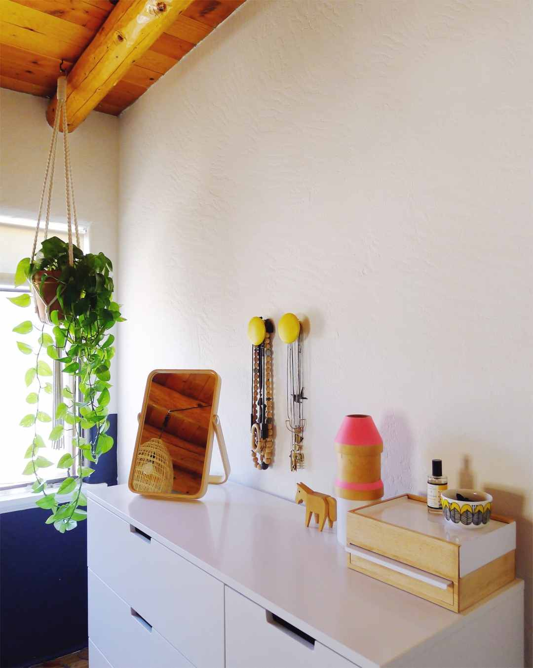 Organizing jewelry with the Umbra Stowit and Muuto Dots hooks