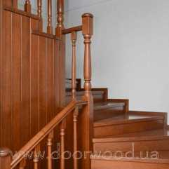 Деревянная лестница из ясеня. Полностью деревянная несущая конструкция. Балясины и перила с точёными элементами.