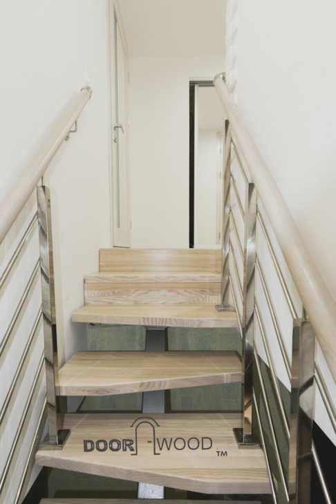Небольшая деревянная лестница из ясеня выполнено по принципу гусиный шаг.