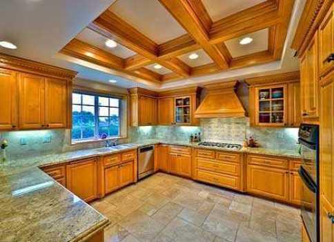 Кухня полностью из дерева.