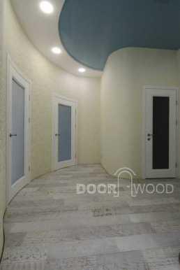 Прихожая и двери в санузел и в комнаты.