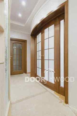 Радиусная дверь из ясеня на четыре створки.
