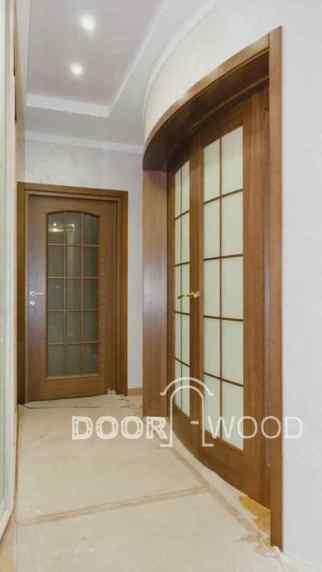 Радиусная дверь из ясеня и рядом шпонированная дверь из мдф, почувствуйте разницу.