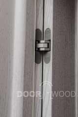 Классические двери со стеклом, накладным фигурным штапиком и патинированной покраской. Скрытые петли.