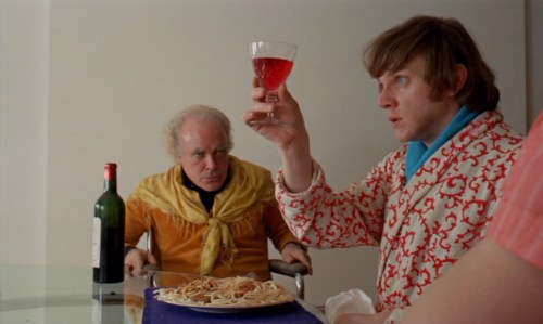 Malcom McDowel che ispeziona il vino prima di berlo, da una scena del film Arancia meccanica