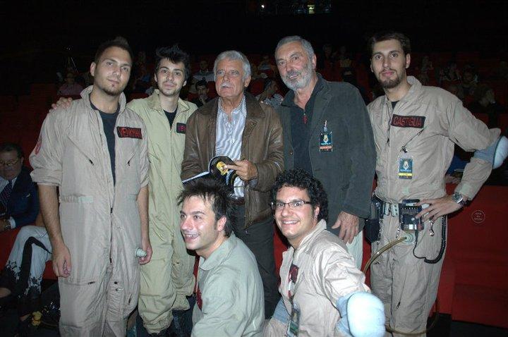 """Il gruppo di """"Ghostbusters Italia"""" in posa insieme ai doppiatori Sergio di Giulio e Massimo Foschi"""