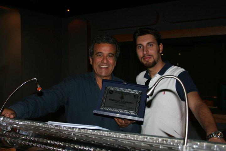Piero Castiglia consegna a Michele Gammino una targa commemorativa