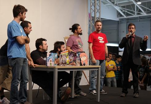 """Fumettari che presentano il loro libro. Quello in maglietta rossa è """"Sio"""" del canale YouTube """"Scottecs"""""""
