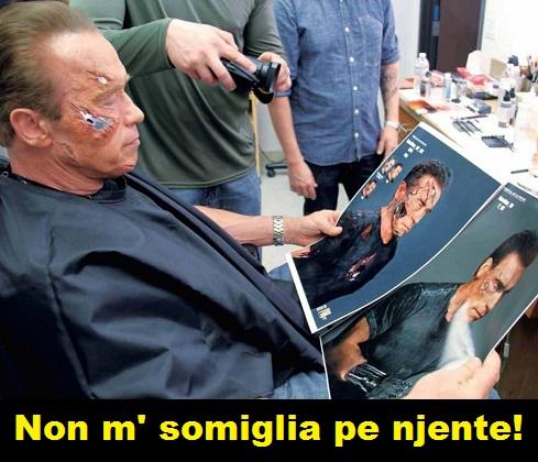 Foto dal set, Schwarzenegger guarda le foto della sua copia digitale e la vignetta ricorda Johnny Stecchino con la sua battuta storica: non mi somiglia per niente