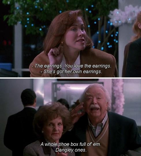 La mamma che cerca di vendere i suoi orecchini in cambio di un biglietto aereo, in Mamma ho perso l'aereo