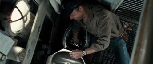 Ed Harris nella scena del gabinetto, cerca di recuperare l'anello