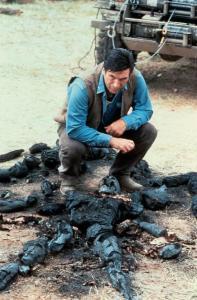 Scena dal film Vampires di John Carpenter, Montoya (Daniel Baldwin) vicino ad una pila di scheletri carbonizzati