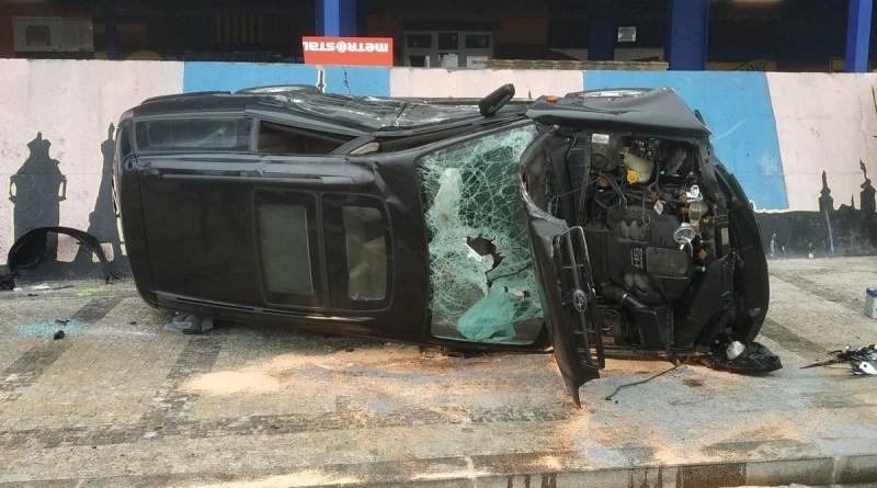 Osobní automobil se po nehodě s tramvají převrátil