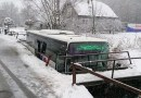V obci Horná Ves na Slovensku skončil autobus v potoku