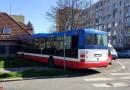 V Praze na Jarově naboural odpoledne městský autobus do domu