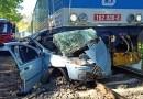 U Velkého Oseka se střetl automobil s vlakem, řidička utrpěla těžká zranění