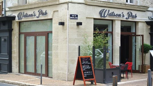 watson-pub-angle-vitrine