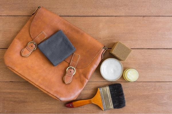 Kaip rūpintis odine rankine, kad ji mažiau devėtusi?