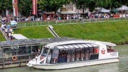 Ausflugsschiff auf der Salzach bei Salzburg
