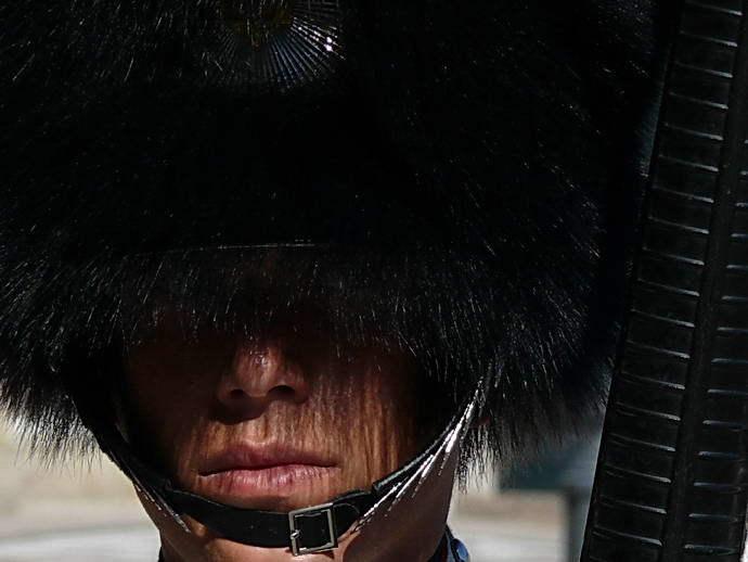 Pelzmützen gehören für Wachsoldaten zum obligaten Kleidungsstück.
