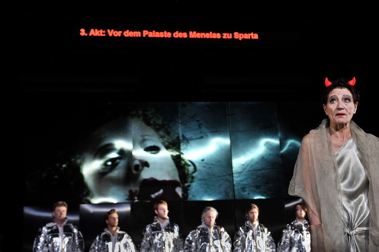 Faust 2011: Chor, Barbara Nüsse, Patrycia Ziolkowska (Video) © Arno Declair