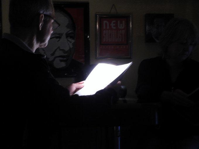 Beim Studieren den Speisekarte im Fridrich, Altkanzler Kreisky schaut zu. Foto: KTraintinger, Dorfzeitung