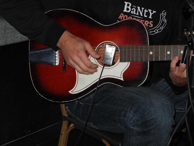 Schwinns neue Gitarre. Foto: KTraintinger, Dorfzeitung