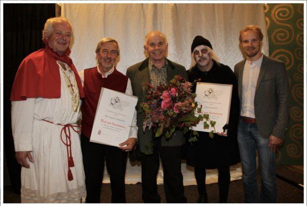Letztes Wochenende wurden zwei langjährige Vereinsmitglieder mit der silbernen Anstecknadel des SAV - Salzburger Amateurtheaterverband geehrt: Gusti Liebenwein (Bürgermeister Senftl) sowie Josef Kittl (Boandlkramer) sind beide seit mehr als 40 Jahren besonders aktive und stets tatkräftige Mitglieder des Theater Anthering. Hans Stadler (Brandner Kaspar), der in diesem Jahr sein 60-jähriges Bühnenjubiläum hat und damit Abschied von den großen Hauptrollen nimmt, besitzt bereits seit mehreren Jahren die höchste Auszeichnung des SAV's, goldene Ehrennadel. Daher ehrte ihn unser Ensemble selbst, mit Blumen und einem kleinen Geschenk zum Entspannen für ihn und seine Ehefrau. Herzliche Gratulation an alle drei!