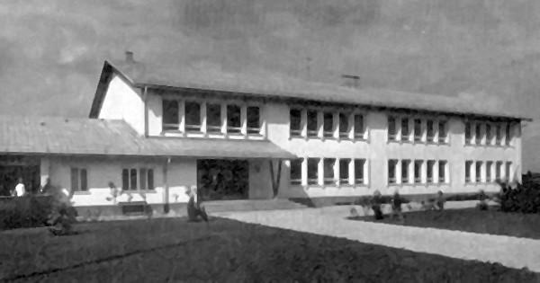 Der Stolz unserer gemeinde: Das Bildungs- und Sportzentrum mit der Volksschule und dem Kindergarten. Hinter dem Objekt befindet sich die Turnhalle und der Sportplatz.