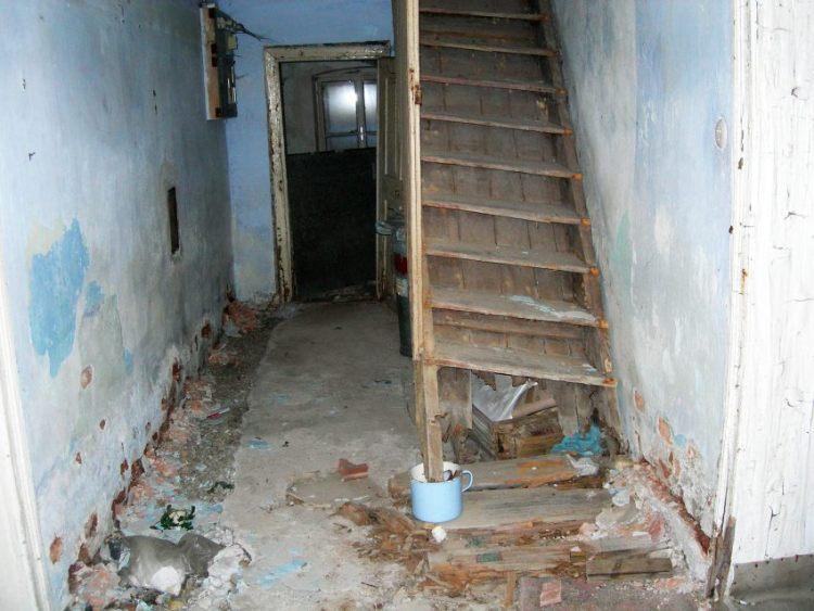Der Gang im Erdgeschoß. Ein mutwillig  herbeigeführter Wasserschaden durch  ungebetene Besucher ließ die Treppe  ins OG abfaulen.
