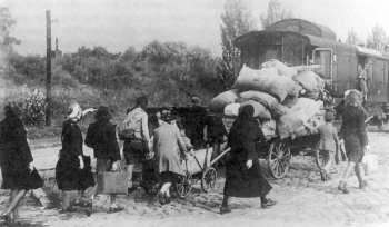 1945 | Flüchtlinge erreichen den Zug