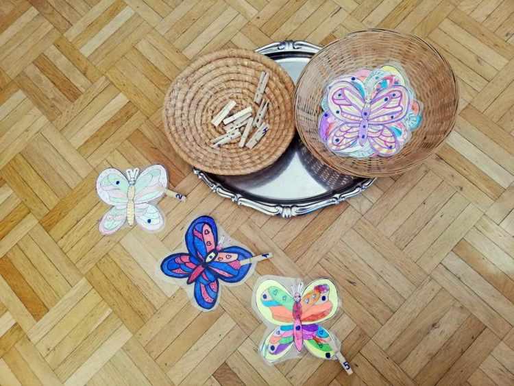 Kinder können bei diesem Lernarrangement die Anzahl von Punkten im Zahlenraum von 1-10, die auf den selbst gezeichneten und laminierten Schmetterlingen abgebildet sind, mit einem Blick erfassen. Des Weiteren können Punkte verglichen zugeordnet werden. Zusätzlich besteht die Möglichkeit Wäscheklammern in der entsprechenden Anzahl der Punkte des jeweiligen Schmetterlings anzubringen. (Irina Andriska)