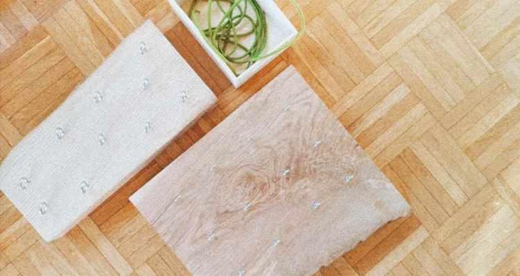 Für die Herstellung dieses Fadenspiels braucht man ein flaches Holzstück, auf welchem Metallringe in verschiedenen Größen eingeschraubt werden können. Zum Durchfädeln durch die Ringe eignen sich Schuhbänder, Kordeln, Wollfäden, Stoffbahnen etc. Zusätzlich könnte man Gummiringe zur Verfügung stellen, um die Metallringe zu verbinden. Dabei entstehen kreative Muster. (Victoria Lorenzoni)