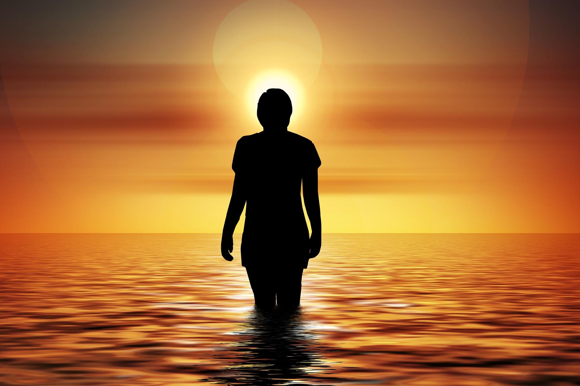 光で姿が見えない人の画像