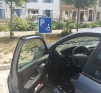 Nagyapja mozgássérült igazolványával használta a parkolót