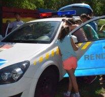 Rendőrök foglalkoztak a gyerekekkel a játszótéren