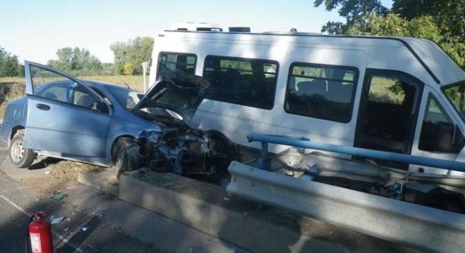Kisbusz és személyautó ütközött Esztergomban