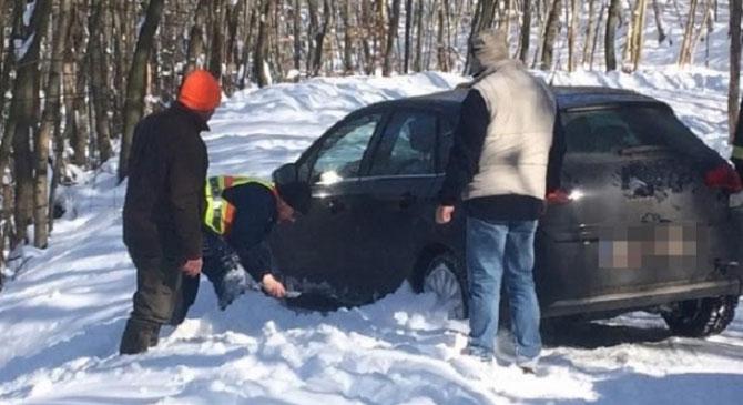 Árokba csúszott gépkocsi utasainak segítettek a rendőrök