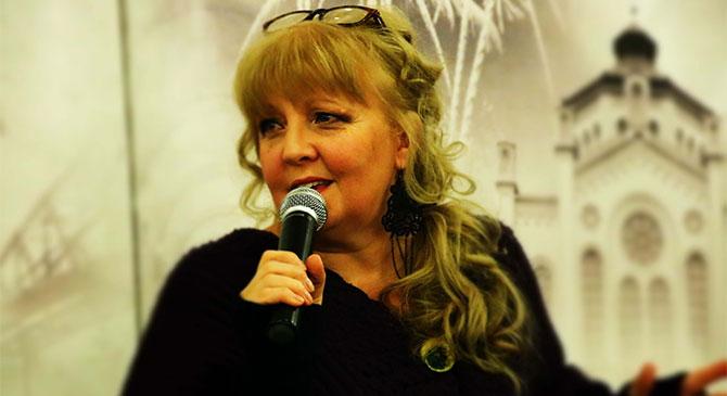 Maronka Csilla az esztergomi könyvtárban