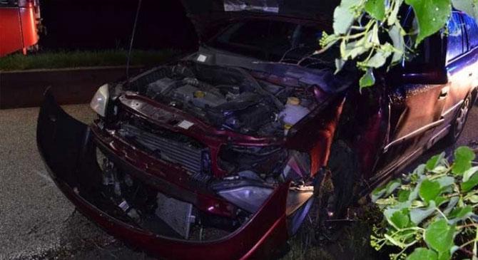 Fának csapódott egy gépkocsi Gyermely és Bajna között