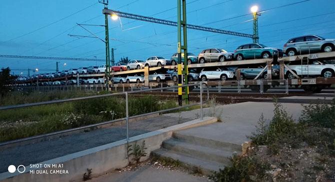 Vasúti teherszállítmány korlátozza a gyalogos átkelést Dorogon