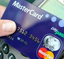 Egy esztergomi ATM-nél felejtett kártyával vásároltak az interneten