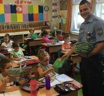 Ajándékokat osztottak a rendőrök a dorogi iskolákban
