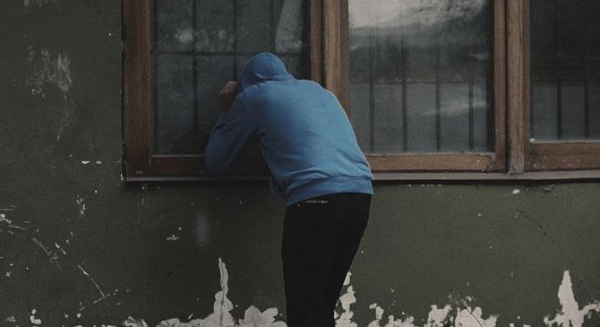 A szomszéd nőket fürdőzés közben kukkolta és videózta a leányvári férfi