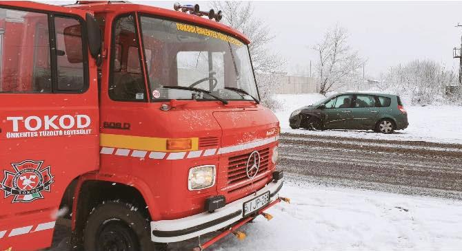 Bajba jutott autósokon segítettek a tűzoltók Tokodon