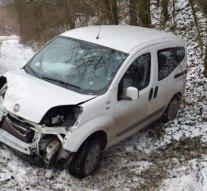 Fának csapódott egy autós Bajnán
