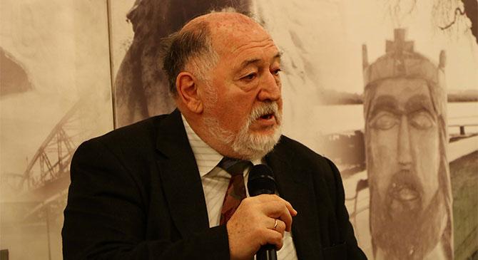 Simon Tibor nyugdíjas tanárt látta vendégül az esztergomi könyvtár