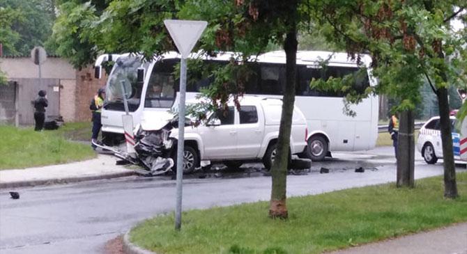 Autóbusszal ütközött egy személyautó – FOTÓK